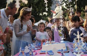 Kids entertainer at Frozen themed party